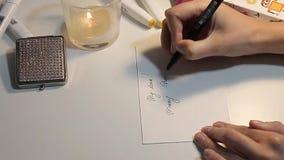 Schreiben einer Weihnachtskarte stock footage