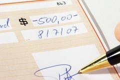 Schreiben eines Bankschecks Lizenzfreies Stockfoto