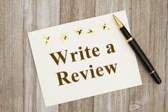 Schreiben eines Berichts mit einem Stift lizenzfreie stockfotos