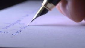 Schreiben eines Briefes auf Papier stock footage
