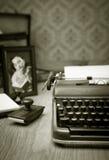 Schreiben eines Briefes auf Weinleseschreibmaschine Lizenzfreie Stockfotografie