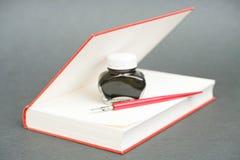 Schreiben eines Buches lizenzfreie stockfotos