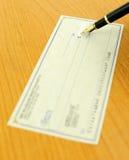 Schreiben eines Checks Lizenzfreies Stockfoto