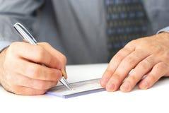 Schreiben eines Checks Stockfoto