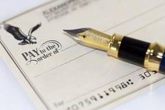 Schreiben eines Checks Stockbilder