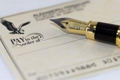 Schreiben eines Checks Lizenzfreie Stockfotografie