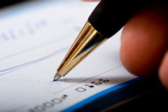 Schreiben eines Checks Lizenzfreie Stockfotos