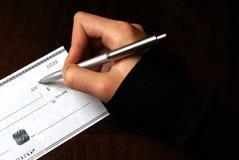 Schreiben eines Schecks lizenzfreie stockbilder