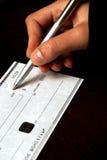 Schreiben eines Schecks lizenzfreies stockfoto