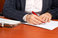 Schreiben eines Vertrages Lizenzfreie Stockfotos