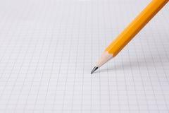 Schreiben mit Bleistift auf Zeichenpapier mit Maßeinteilung Stockfotografie