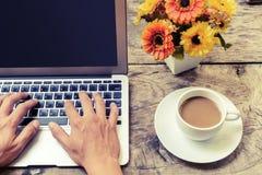 Schreiben mit Tastatur auf Holztisch Stockfoto