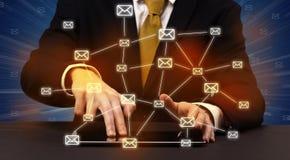 Schreiben mit verbundenen Kommunikationsikonen herum Lizenzfreie Stockfotos