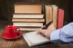 Schreiben in Notizbuch Stockfotos
