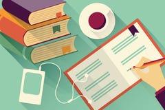 Schreiben in Notizbuchhintergrund mit Stapel Büchern Stockbilder
