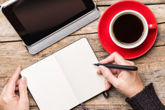 Schreiben oder Zeichnung der jungen Frau in Notizblock Lizenzfreie Stockbilder
