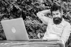 Schreiben Sie Artikel f?r on-line-Zeitschrift Mann, welche nach Inspiration sucht Finden Sie Thema zu schreiben B?rtiges Hippie-L stockfoto