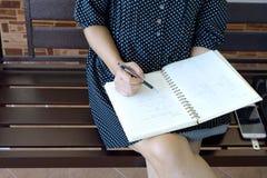 Schreiben Sie auf Anmerkungsbuch stockfoto