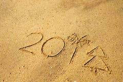 Schreiben Sie 2018 auf einen Strandsand Letzte Zahlen, die wie Palmen- und Weihnachtsbaum aussehen Lizenzfreie Stockfotografie