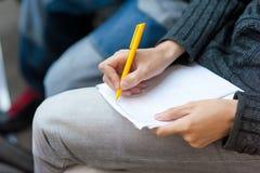 Schreiben Sie auf Papier Stockfotos