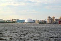 Schreiben Sie auf Primorsky-Allee von Srednyaya Nevka St Petersburg Stockfotografie