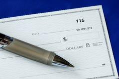 Schreiben Sie die Dollarmenge auf den Check Stockfotos