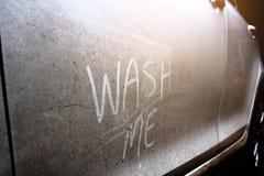 Schreiben Sie die Wörter, die ` mich ` auf der sehr schmutzigen Oberfläche des Autos waschen Lizenzfreie Stockbilder