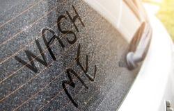 Schreiben Sie die Wörter, die ` mich ` auf der sehr schmutzigen Oberfläche des Autos waschen Stockbild