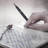 Schreiben Sie einen Liebesbrief mit einer Rose Lizenzfreie Stockbilder