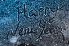 Schreiben Sie guten Rutsch ins Neue Jahr auf dem Schnee, der Schnee auf Eisenhintergrund, Aufschrift, Stockbild