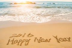 Schreiben Sie guten Rutsch ins Neue Jahr 2016 auf Strand Stockfotografie