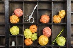 Schreiben Sie Kasten mit Bällen des Threads Lizenzfreies Stockbild