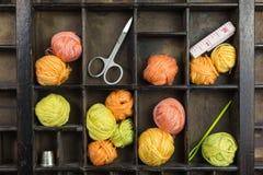 Schreiben Sie Kasten mit Bällen des Threads Lizenzfreies Stockfoto