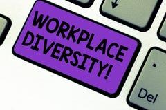 Schreiben von Anmerkungsvertretung Arbeitsplatz-Verschiedenartigkeit Geschäftsfoto, das unterschiedliche Renngeschlechts-Altersse stockbilder