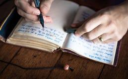 Schreiben in Zeitschrift Lizenzfreies Stockfoto