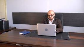 Schreibenbericht des Büroangestellten über Computer Geschäftsmann, der an Laptop-Computer im Büro arbeitet stock video