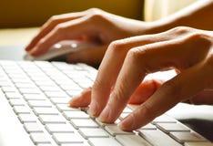 Schreibende weibliche Hände Lizenzfreies Stockbild
