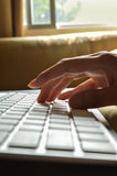 Schreibenhände auf Tastatur Lizenzfreie Stockfotos