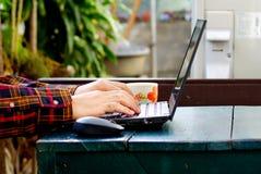 Schreibeninternet der wörter und der Suche eines Mannes auf Notizbuch auf Holztisch an diesem Feiertagsmorgen, Abschluss herauf a stockbilder