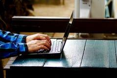 Schreibeninternet der wörter und der Suche eines Mannes auf Notizbuch auf Holztisch an diesem Feiertagsmorgen, Abschluss herauf a Stockbild