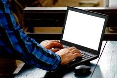 Schreibeninternet der wörter und der Suche eines Mannes auf Notizbuch auf Holztisch an diesem Feiertagsmorgen, Abschluss herauf a Lizenzfreies Stockfoto