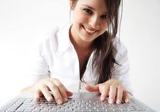 Schreibenlaptoptastatur des Mädchens Stockfoto