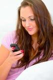Schreibenmeldung sms text der Frau auf ihrem Mobile Lizenzfreies Stockbild