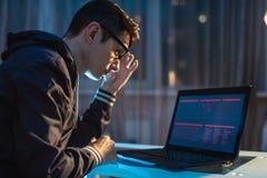 Schreibenprogrammcode Cybercriminal-Hackers beim Diebstahl von Zugangsdatenbanken mit Passw?rtern Konzept der Internetsicherheit stockbild