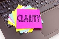 Schreibens-Klarheitstext gemacht in der Büronahaufnahme auf Laptop-Computer Tastatur Geschäftskonzept für Klarheits-Mitteilungs-S stockbilder