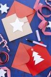 Schreibens-Weihnachtskarten auf blauer Tabelle Lizenzfreies Stockfoto