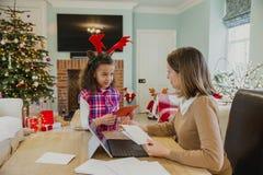 Schreibens-Weihnachtskarten mit Mama Lizenzfreie Stockfotos