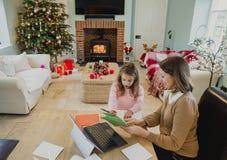 Schreibens-Weihnachtskarten mit Mama Lizenzfreie Stockfotografie