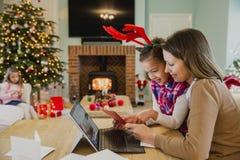 Schreibens-Weihnachtskarten mit Mama Lizenzfreie Stockbilder