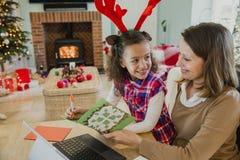 Schreibens-Weihnachtskarten mit Mama Lizenzfreies Stockfoto